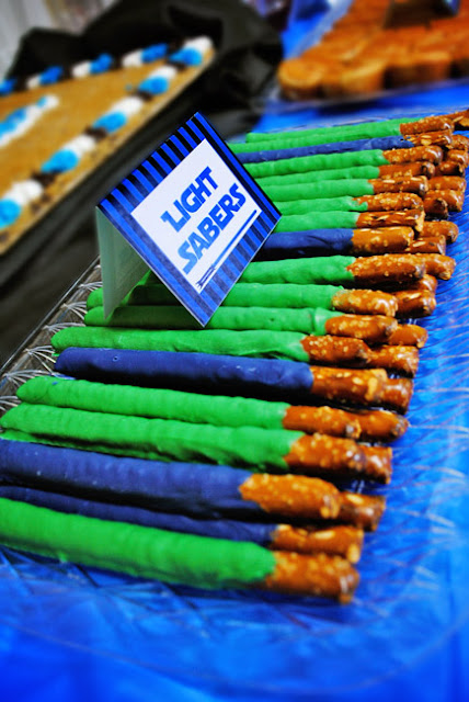 Light Saber Pretzel Sticks | http://homemaderecipes.com/entertaining/parties-gatherings/11-star-wars-food-ideas/