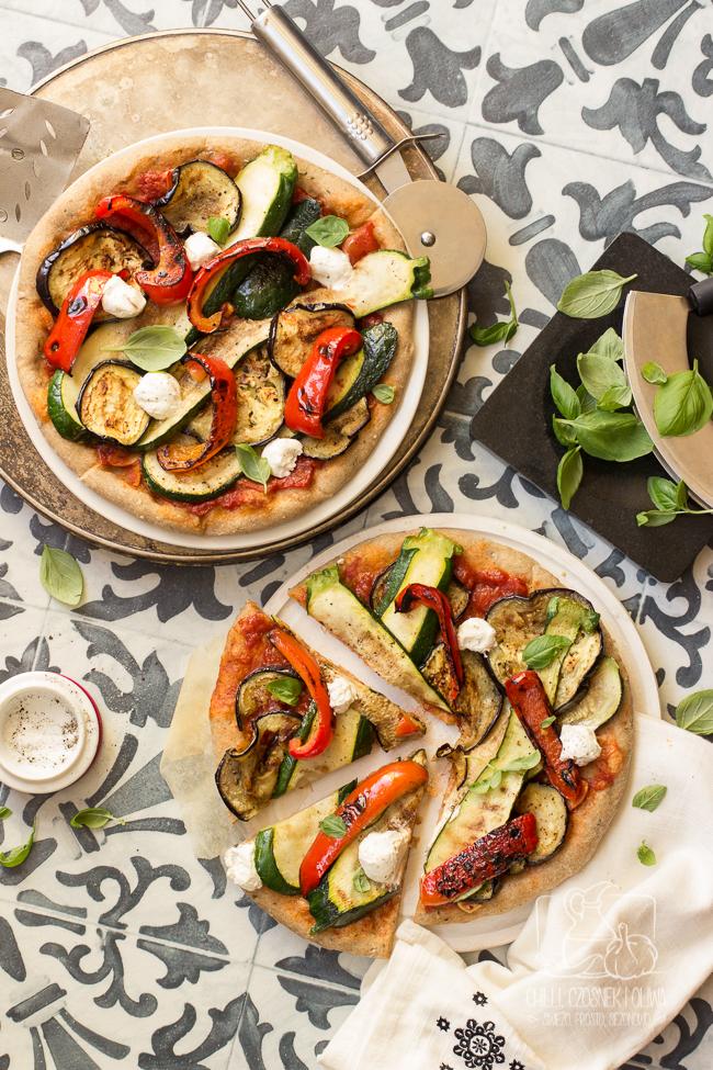 Pełnoziarnista pizza z grillowanymi warzywami i serem labneh
