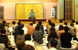 演会講師・三遊亭楽春の笑いと健康の講演会の風景。