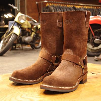 ブラウンカラーを使った11インチハイトのハーネスブーツです。レザーはラフアウト(裏革)をブーツ全体に使用しているので、表革に比べキズが目立ちにくくその独特な見た目も特徴となります