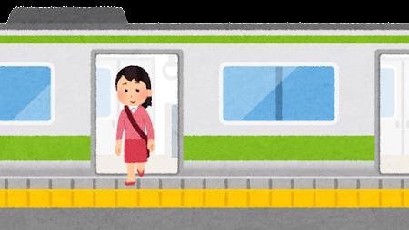 電車を降りる人のイラスト(女性)