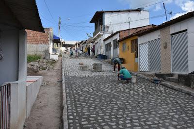 Prefeito Fernando Pergentino visita obras de calçamento no Distrito de Insurreição