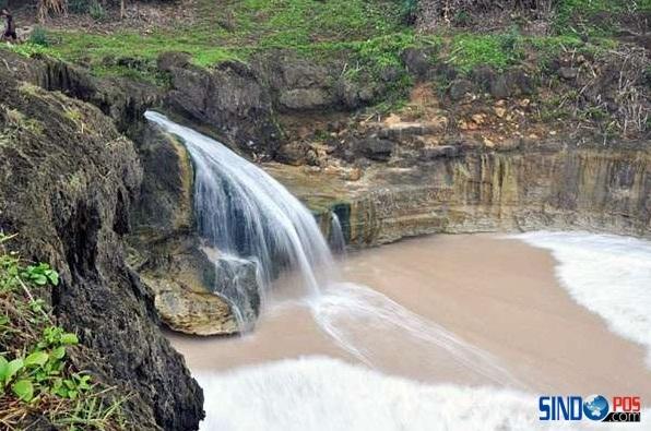 Wisata Pantai Dengan Air Terjun Banyu Tibo Pacitan