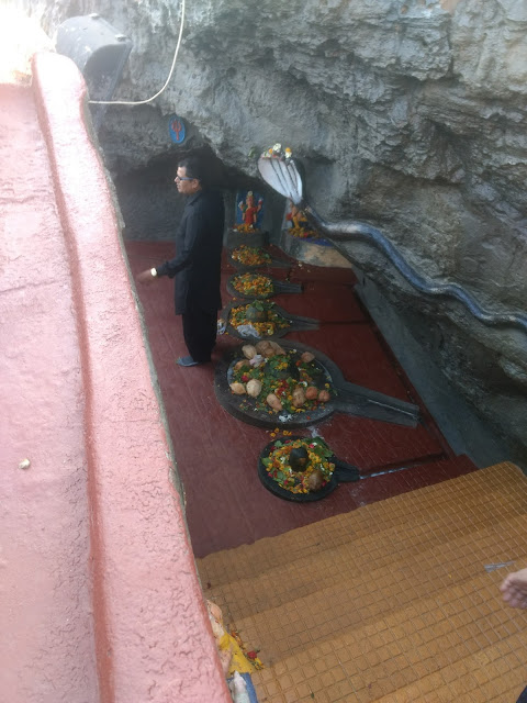 the five shivlingas inside Gangeshwar Temple
