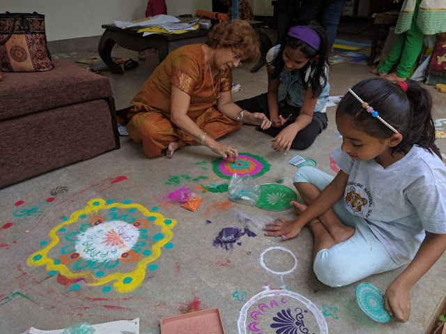 Children enjoying the Rangoli workshop at Indiaart Gallery (www.indiaart.com)