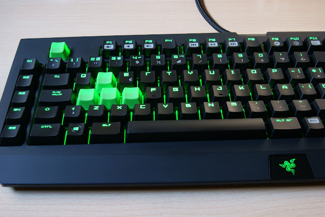 Razer Blackwidow con Cherry MX Blue, keycaps verdes añadidos