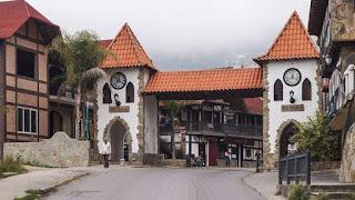Entrada a la Colonia Tovar en Venezuela. El pequeño pueblo alemán en Venezuela. Colonia Tovar es una pequeña parte de Alemania en Venezuela. Fundada el 8 de abril de 1843, la Colonia Tovar .Strudel de manzana y la Schwarzwälder Kirschtorte, conocida como la famosa Selva Negra. Aragua Colonia Tovar