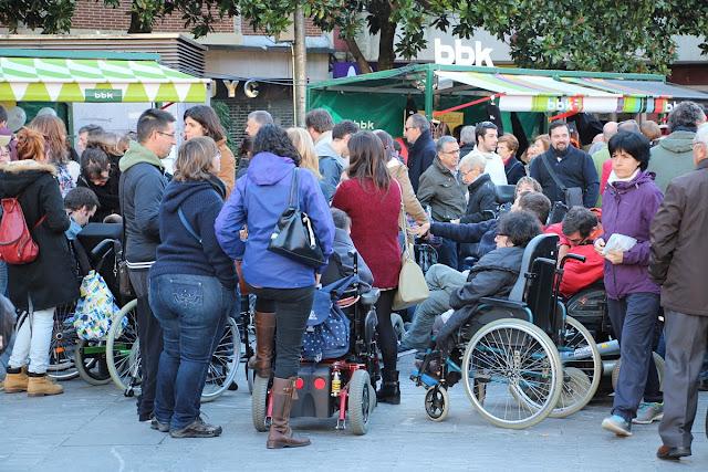 Personas en sillas de rueda en Herriko Plaza durante una feria
