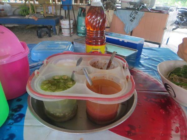 Специи и соусы в тайском кафе на Самуи