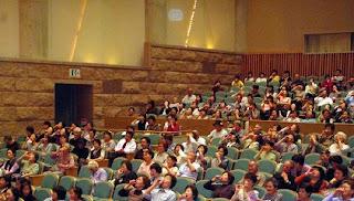 講演会講師・三遊亭楽春の笑いで健康向上講演会の風景。