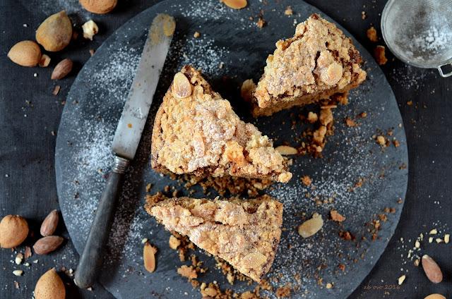 torta-alle-mandorle-e-caffe-con-briciole-speziate