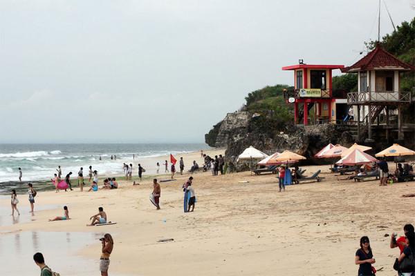 aktivitas wisatawan di Pantai Dreamland Bali