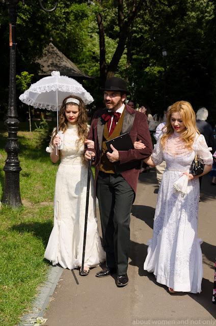 actori galateni in straie vechi si rochii facute dupa model vechi din perdele si voaluri.