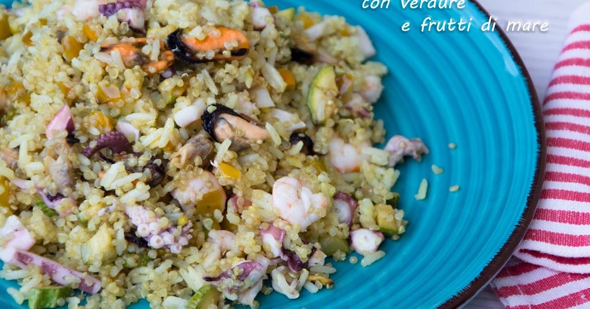 Insalata di riso e quinoa con verdure e frutti di mare senza glutine