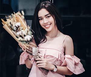 Fay Nabila Membawa Bunga