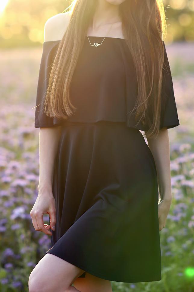 czarna elegancka sukienka złoty naszyjnik stylizacja