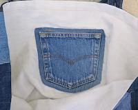 Entièrement en matériau recyclé ce sac est fait de  jeans de différentes couleurs montés façon patchwork, anses en jeans, intérieur en lin, poche intérieure en jeans. Dimension 43x35x23 cm.