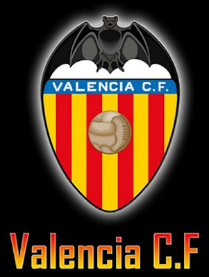 Sejarah Valencia     Berdiri: 1919  Alamat: L'Antiga Senda de Senet, 11 Spain  Telepon: (+34) 96 337 26 26 -  Alamat E-mail: prensa@valenciacf.es  Laman Resmi: http://www.valenciacf.es  Ketua: Manuel Llorente  Direktur: Fernando Gómez  Stadion: Mestalla Estadio  Sejarah   Sebuah ide membentuk klub sepakbola tercetus begitu saja pada sebuah pertemuan di Torino Bar, 1919. Presiden pertama Valencia Football Club, Octavio Augusto Milego, terpilih setelah melakukan undian lempar koin untuk menentukan antara dirinya atau Gonzalo Medina Pernas yang memimpin klub baru tersebut. Pernas akhirnya memangku jabatan di departemen konstituen. Partai pertama klub dimainkan di Castellon, 21 Mei 1919, ketika Valencia ditaklukkan tuan rumah Valencian Gimnastico, 1-0.   Desember 1919, Valencia memiliki stadion pertama, Algiros, yang dipakai hingga empat tahun kemudian. Sejak 1923 hingga kini, Valencia menggunakan stadion Mestalla. Sedikit demi sedikit klub pun berkembang. Setelah menjadi juara regional yang membuat mereka berhak mengikuti Copa del Rey pada tahun yang sama, Valencia mulai berlaga di Divisi Segunda. Tiga musim berkiprah, Valencia meraih promosi ke Primera Liga. Pasca-Perang Saudara, Valencia memasuki periode keemasan ketika presiden Luis Casanova memimpin klub menggaet tiga gelar liga dan dua Piala.  Sepakbola Valencia terus diperhitungkan di tengah periode Real Madrid dengan Alfredo di Stefano
