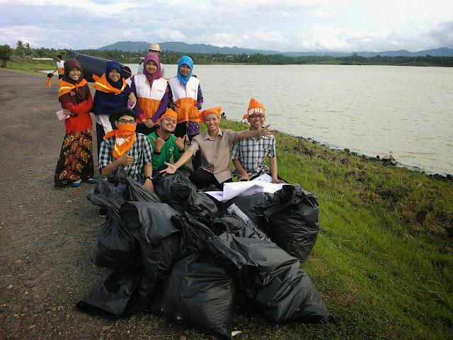 """Peringati Hari Bumi, Relawan Gelar """"Operasi Semut"""" Bersihkan Area Waduk Krenceng"""