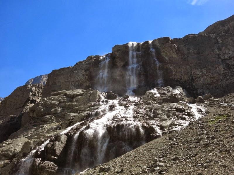 Schöner Wasserfall im Abstieg