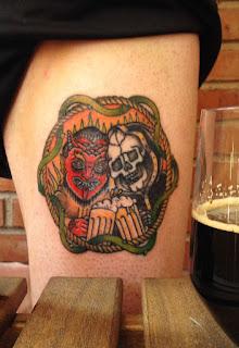 Tatuaje Cervecero de la muerte y el demonio brindando con birra