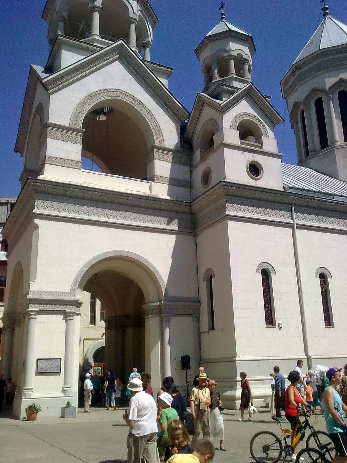 """imagine dincurtea Bisericii armeneşti la  Festivalul """"Strada Armenească"""""""