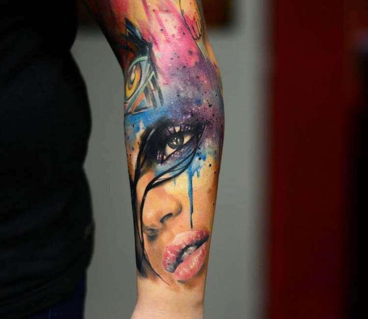 Imagen de un tatuaje de mujer con labios entreabiertos