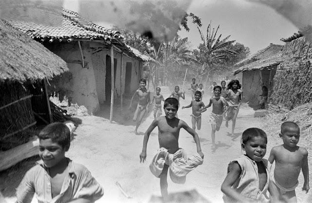 Foto Werner Bischof - Índia, Estado de Bihar, 1951 - Crianças em uma área atingida pela fome