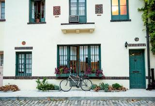 Vélo garé devant une maison
