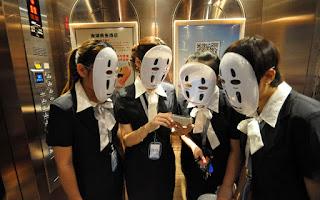 Zdjęcie chińskich kobiet w maskach z anime Spirited Away: w krainie bogów