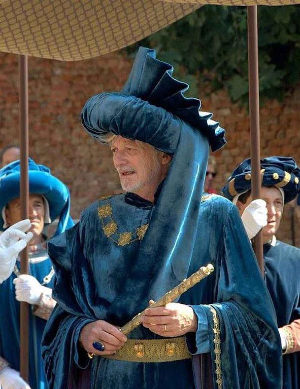 Parada histórico em Asti, Itália. O prefeito da cidade