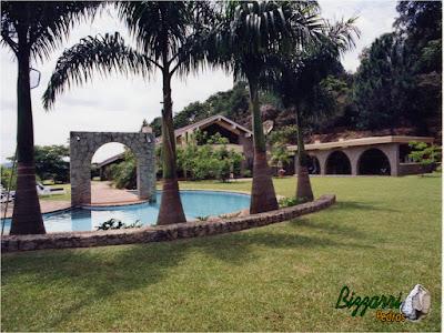 Na construção da piscina executamos o pórtico de pedra rústica com os muros de pedra com o piso de tijolo no passeio da piscina.