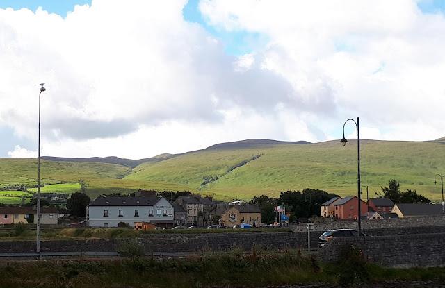 Irlanti, kylänäkymä, Tralee, Kerry, vihreät vuoret