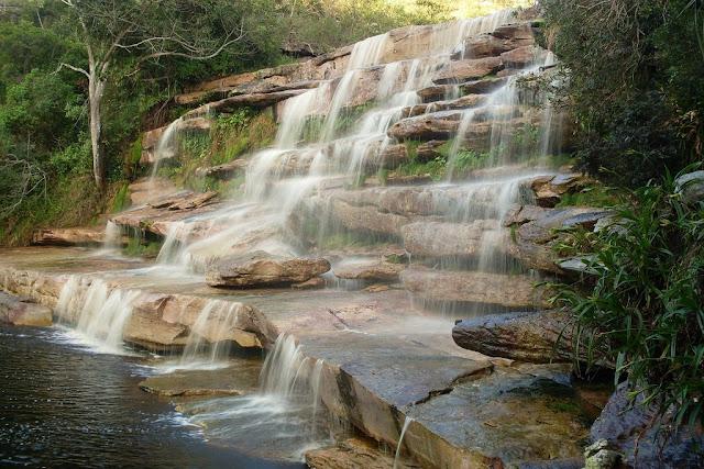 Foto da Cachoeira do Poção uma pequena queda d'água
