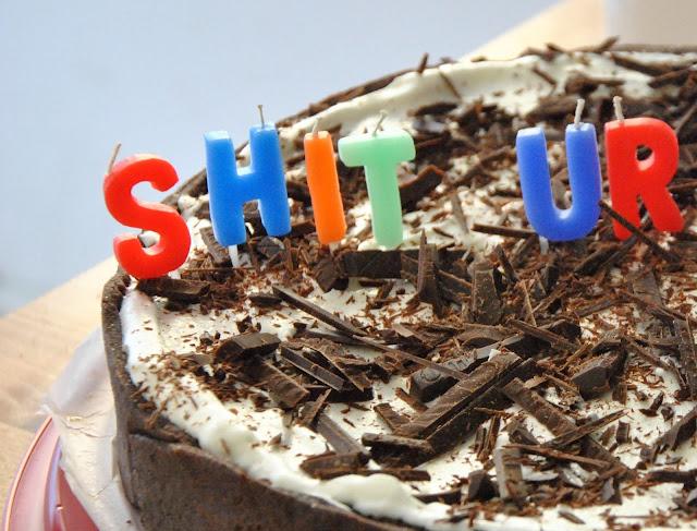 Schokoladenraspeln auf Sahne auf Schokoladenkuchen