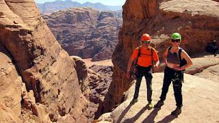Jesús y Blanca en una impresionante vista del Jebel Khasali