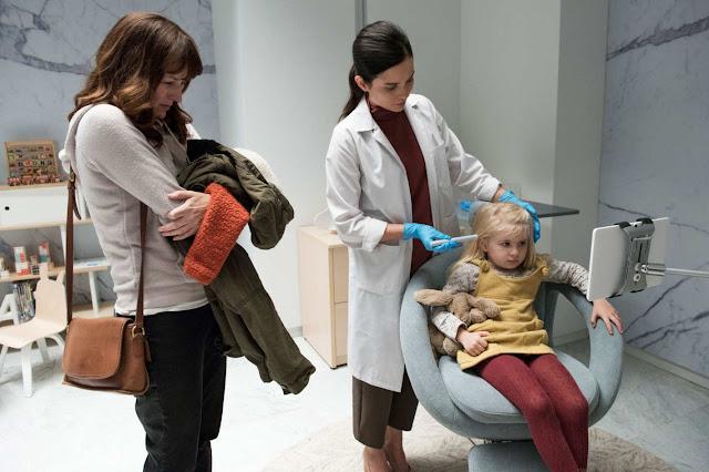 """Marie (Rosemarie de Witt) fait implanter par l'anesthésiste (Angela Vint) un traqueur dans la tête de sa fille Sara (Sarah Abbott) dans l'épisode """"Arkangel"""" (4.02) de la série Black Mirror"""
