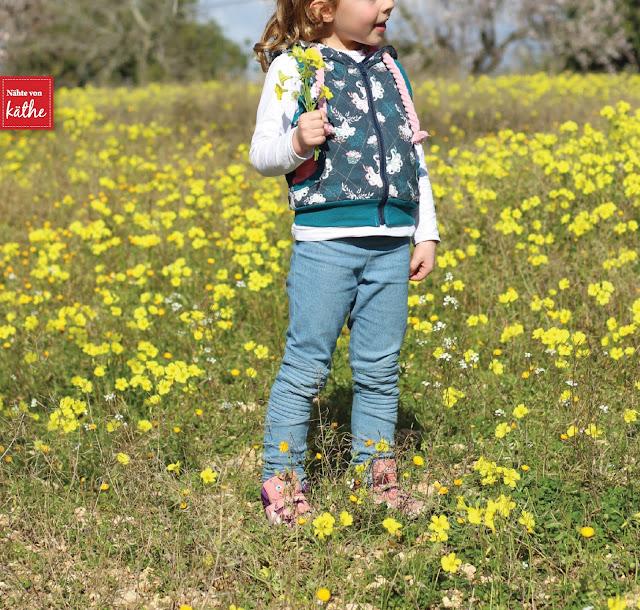 Kinderweste von Tante Ema aus Pfauenliebe und Punktetanz von Tante Ema, Bikerleggings Biggi von Feefee aus Jeans, Mandelblüte auf Mallorca, Mallorca im Januar