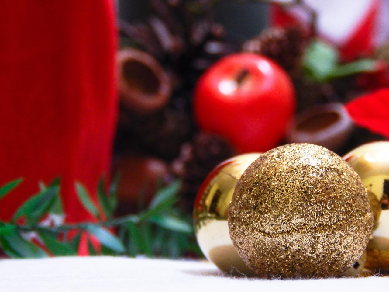 10 dekoracja świątecznego stołu jak udekorować stół na boże narodzenie dekoracja kolacja wigilijna dekoracja stroik na stół wigilijny wianek świeczka mikołajowe ubrania na butelki mikołaje na sztućce