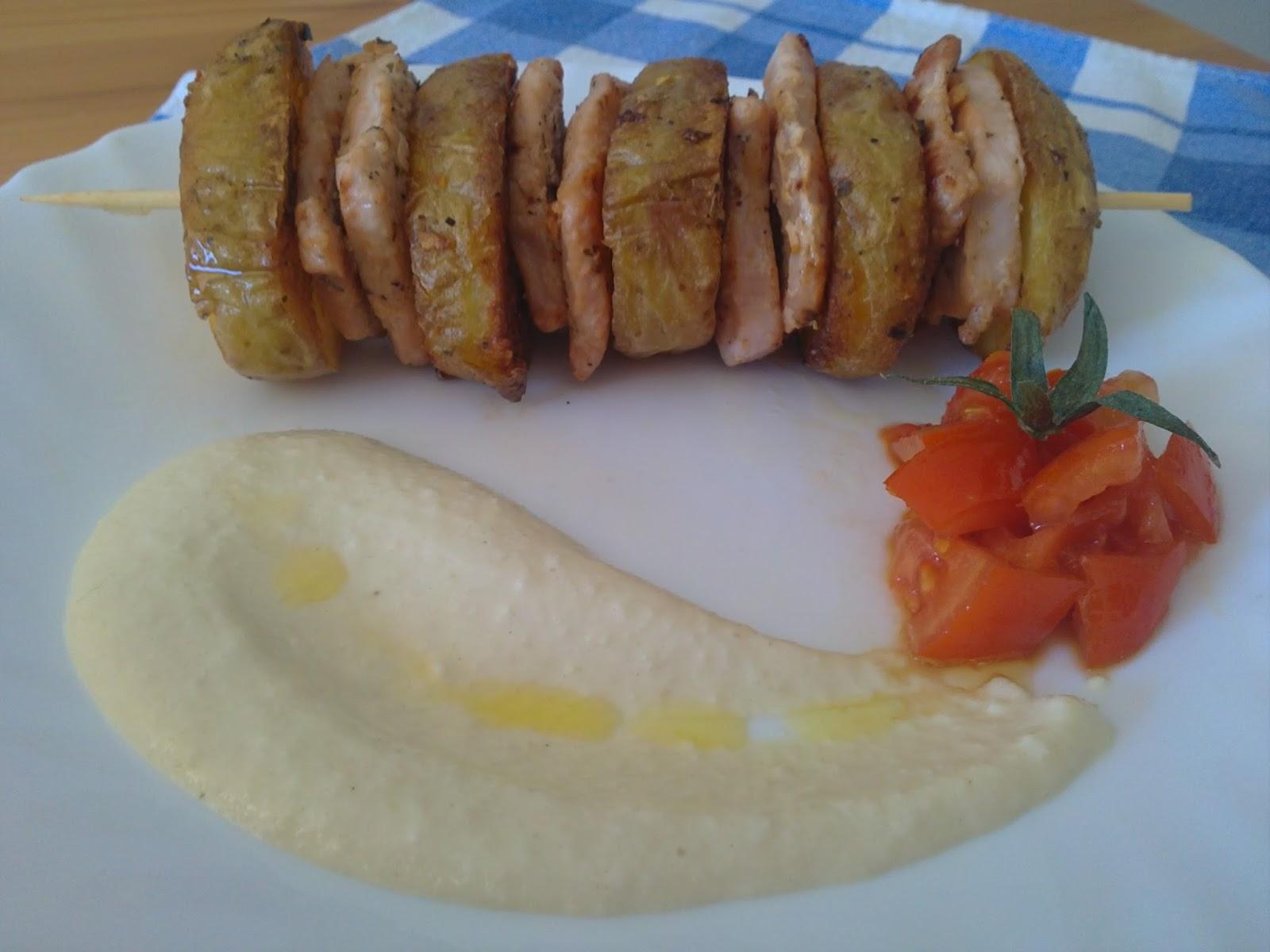 Brocheta de lomo con patatas especiales y salsa de nueces