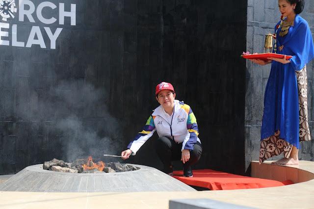Menteri PMK Ibu Puan Maharani menyulut api Mrapen yang akan dibawa keliling Indonesia