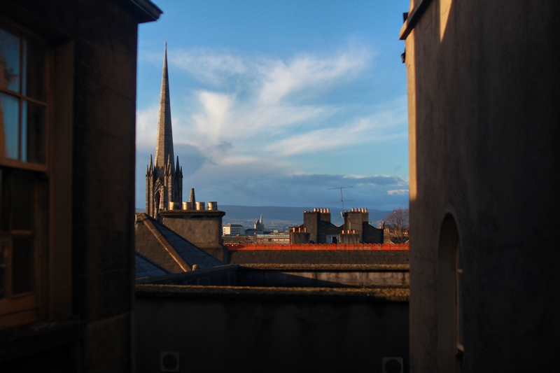 paysage ensoleillé de la périphérie de la capitale irlandaise Dublin