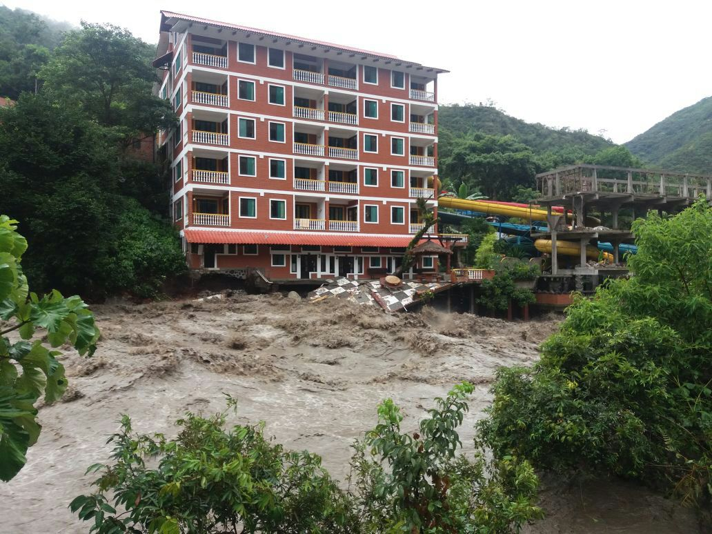Hotel Río Selva amenazado por el caudal de agua que bajó desde la madrugada / RRSS