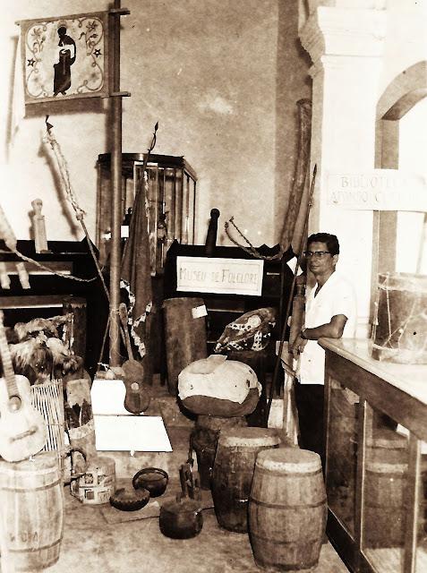 Hermógenes Lima Fonseca no Museu Capixaba de Folclore, em Vitória, ES. Fotógrafo não identificado. Anos 1950.