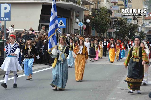 Μαθητική παρελαση στο Άργος για την επέτειο της 25ης Μαρτίου
