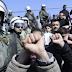 «Πόλεμος» στα Διαβατά – Πρόσφυγες και ΜΑΤ σε θέση «μάχης» έξω από το στρατόπεδο