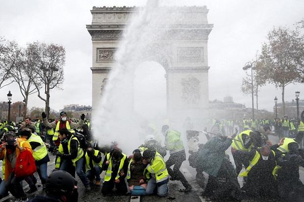Menlu Prancis Minta Trump 'Tak Menari Diatas Rompi Kuning'