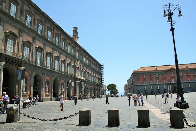 piazza, dissuasori, turisti, cielo, monumenti, Napoli, palazzi