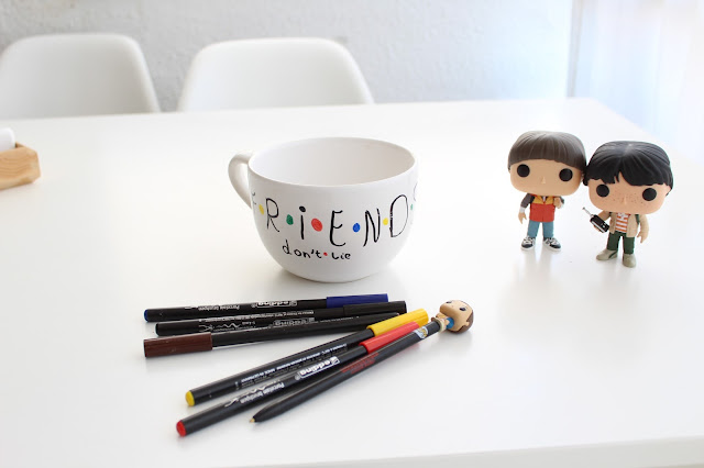 taza personalizada Stranger things Friends don´t lie