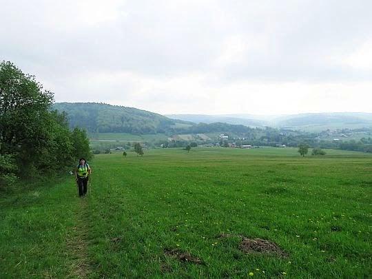 Przez łąki z widokami na dolinę Zdynianki.